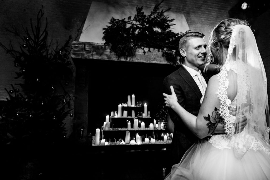 liefdemoetjevieren, weddingphotographer, wedding photographer, trouwfotograaf, bruidsfotograaf, bruiloft, trouwen, trouwen met kerst, kerst, kerstwedding, christmaslights, christmas, trouwen in december, december, puur achter de markt, brabantse fotograaf, geertruidenberg, trouwen,