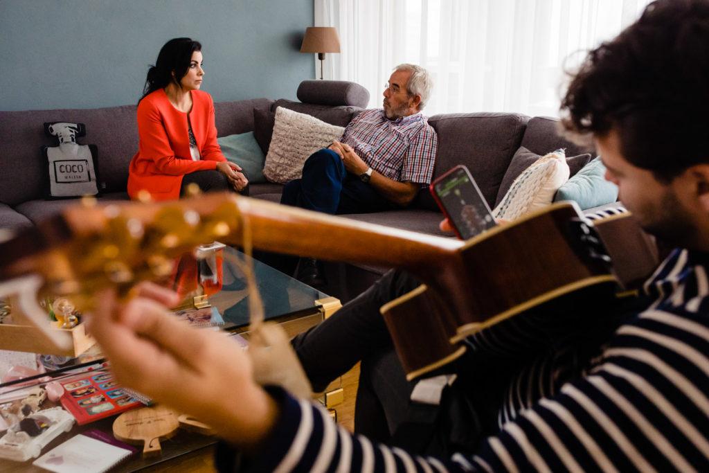 lifestylereportage, fotograaf, lifestyle, fotoreportage, tilburg, fotoszijnzowaardevol, ernstig ziek, ongeneselijk ziek, kanker, zondagmiddag, zondag, druilerige zondag, spelletjes, samen zingen, zingen, catan, gitaar spelen