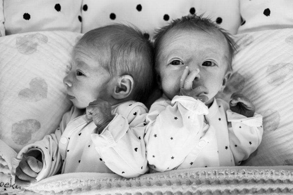 lifestylefotografie, liefdemoetjevieren, babettrommelenfotografie, tweeling, ons eerste jaartje, mijn eerste jaartje, 1 jaar later, meisjes tweeling, fotograferen in het bos, lifestylereportage brabant, brabantse fotograaf