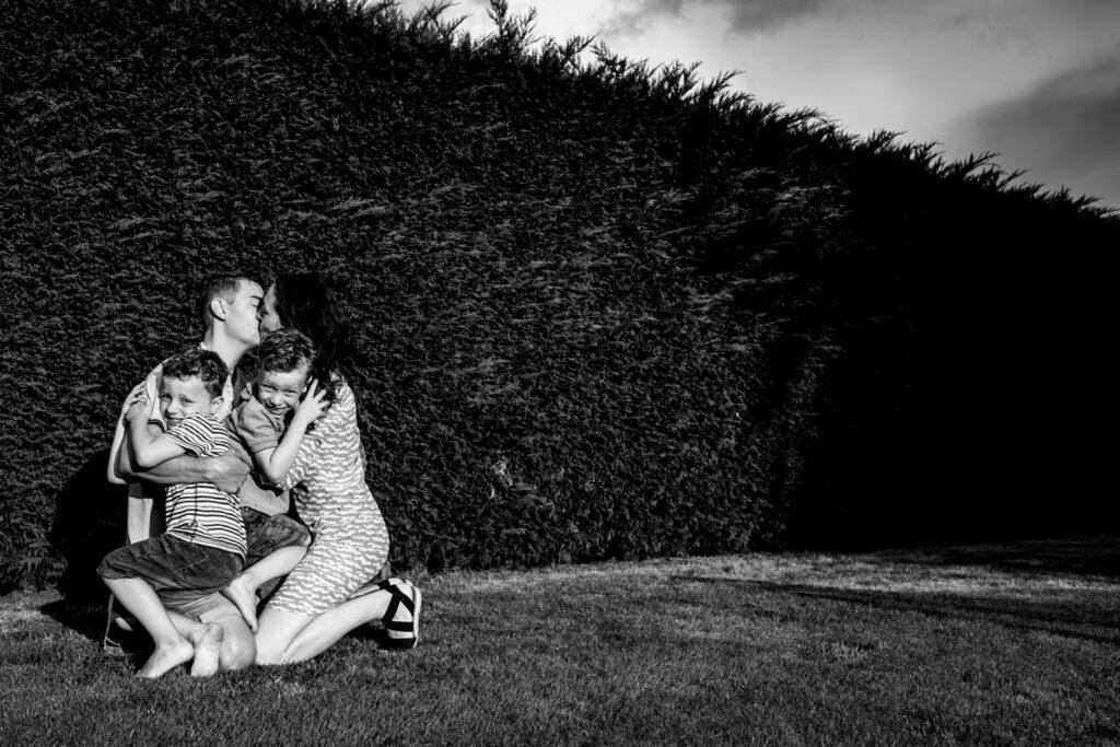LIEFDEMOETJEVIEREN-lifestylereportage-achtertuin-lekekrjedingdoen-waalwijk-brabant-lifestylefotograaf