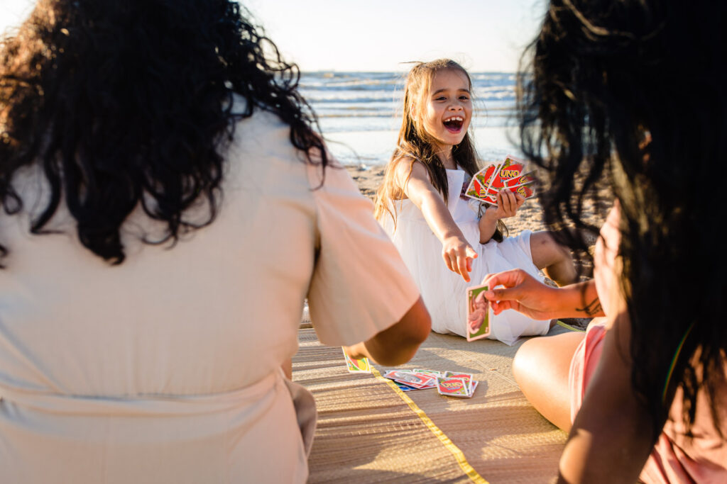 LIEFDEMOETJEVIEREN-huwelijksaanzoek-scheveningen-zonsondergang-lesbischpaar-bruidspaar-loveshoot-familiereportage-13